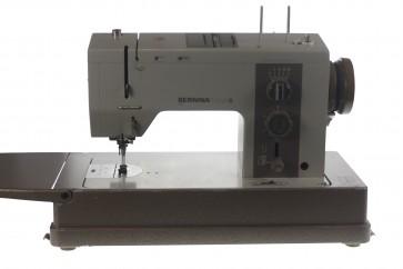 Bernina Favorit 940 industriële naaimachine. LET OP : Zit in tafel, opsturen niet mogelijk.